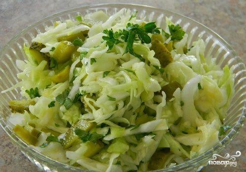 Салат из свежей капусты и соленых огурцов
