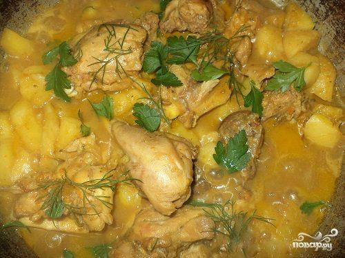 Тушеная картошка с куриными ножками