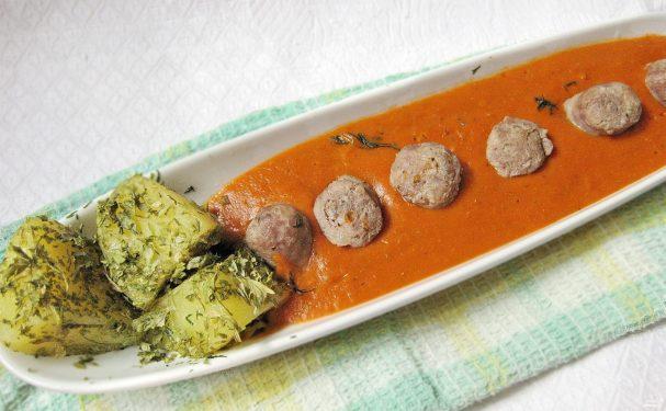 Колбаски с томатным соусом и картофелем