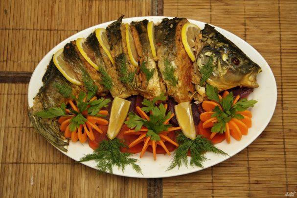 Карп, запеченный с овощами в духовке