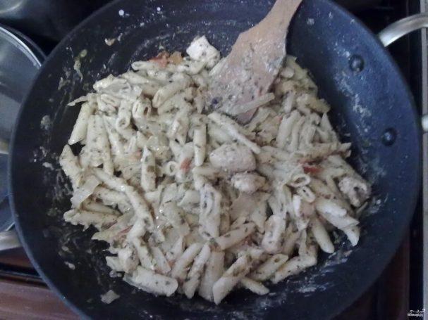 Паста пенне с курицей, сыром фета и овощами