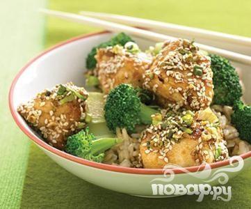 Курица с брокколи, рисом и кунжутом
