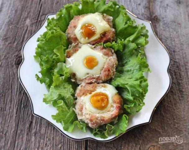 Гнезда из фарша с яйцом