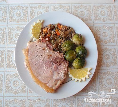 Свиные стейки с грибами и брюссельской капустой