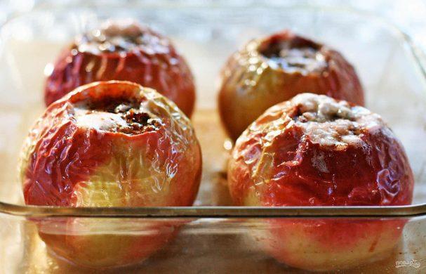 Печеное яблоко в духовке