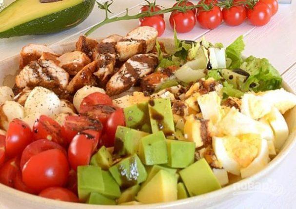 Капрезе с курицей и авокадо