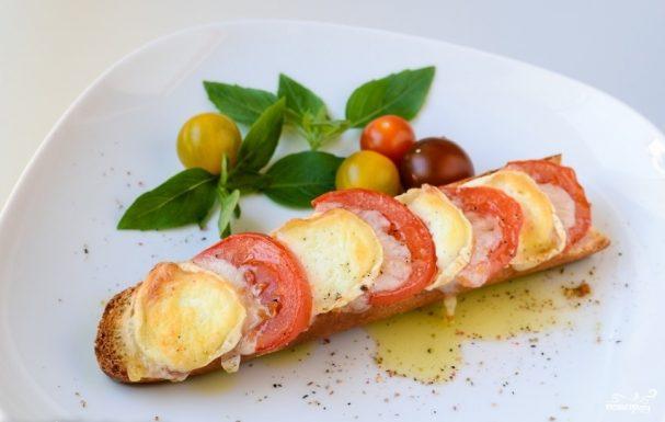 Запеченный бутерброд с сыром и помидорами