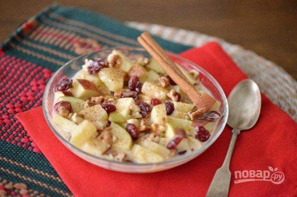 Рождественский салат с яблоком и орехами