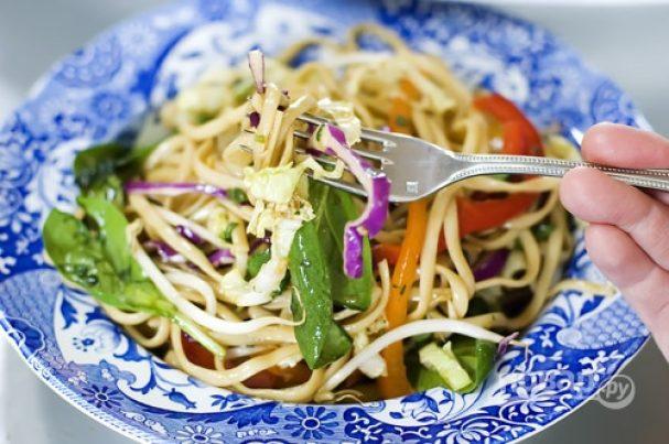 Азиатский салат с лапшой
