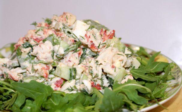 Крабовый салат с чесноком