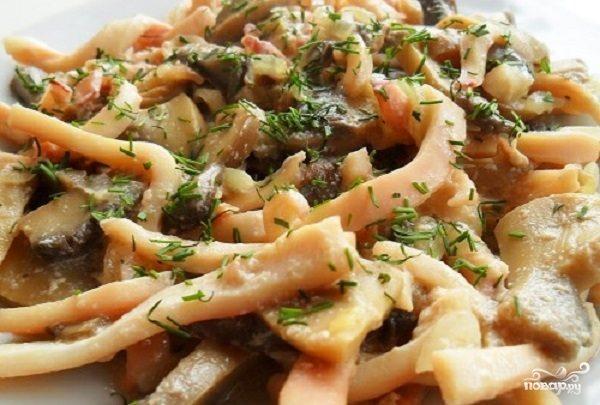 Кальмары с грибами, тушенные в сметане