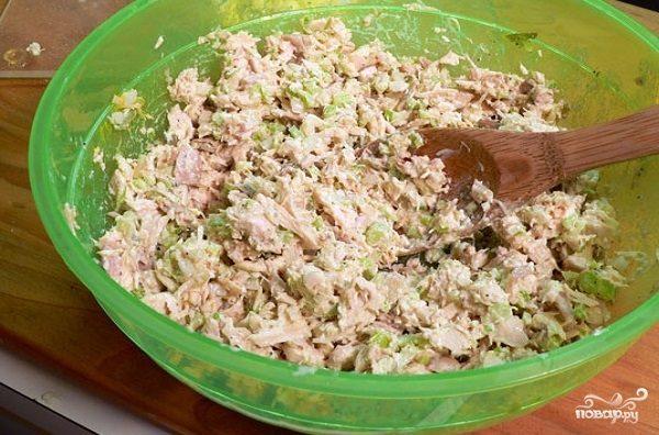 Простой салат из курицы вареной