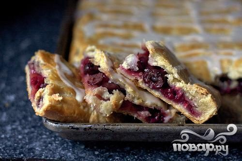 Слоеный вишневый пирог с глазурью