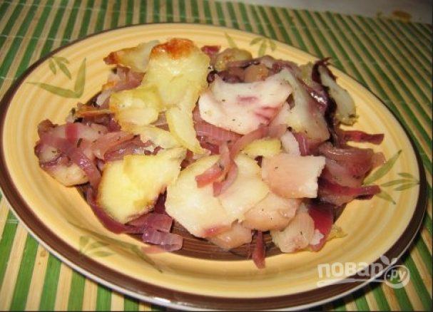 Картофель, запеченный с яблоками и красным луком