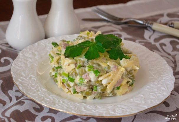 Салат с печенью трески и яйцом