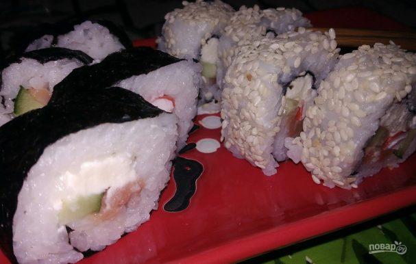 Роллы с копченой горбушей и кунжутом