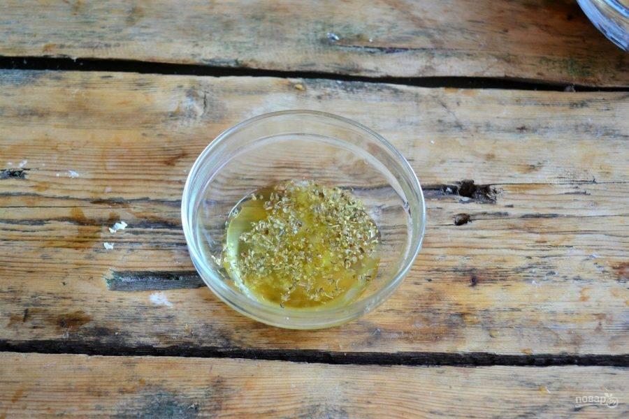 9. Для соуса смешайте оливковое масло, сок половинки лимона, соль и орегано. Хорошо все перемешайте.