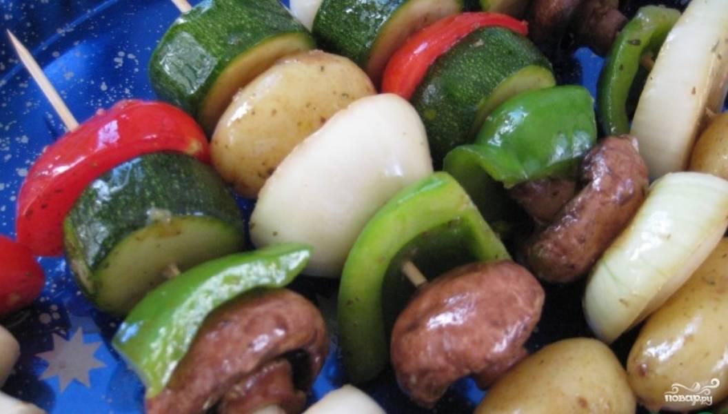 Нанизываем на шампурики и жарим над углями до образования аппетитной корочки на овощах. Следите, чтобы овощи не сгорели!