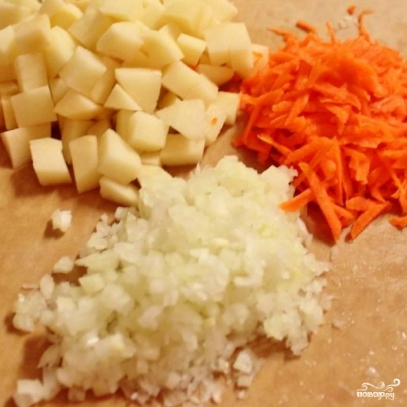 2. Мелко нарежьте картофель, лук и болгарский перец. Морковь очистите и натрите на терке.