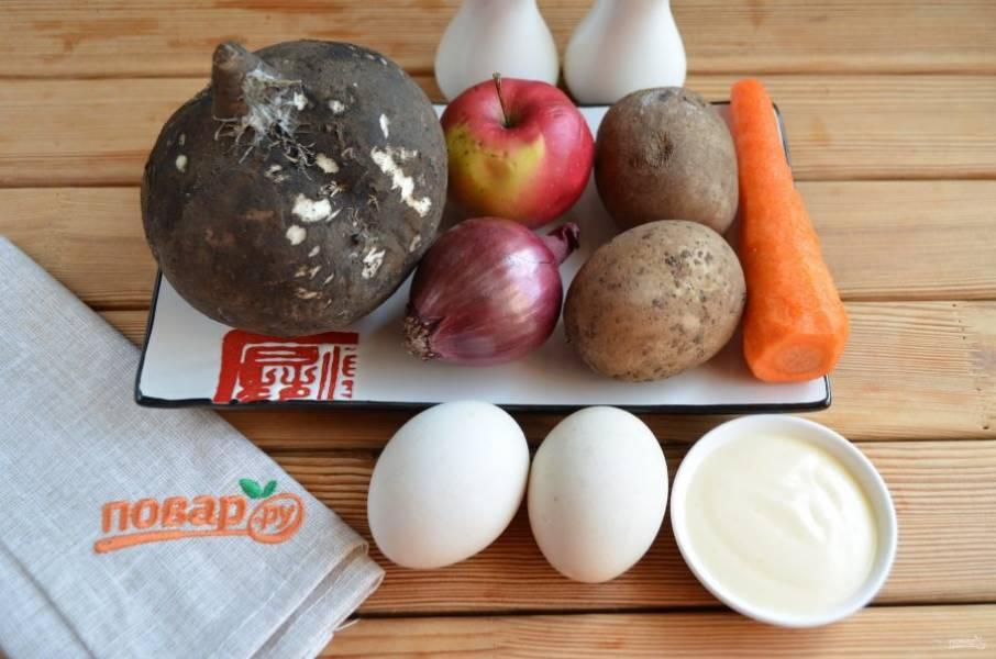 Подготовьте продукты для салата: отварите картофель и яйца до готовности, остудите и очистите. Также очистите редьку, морковь и лук. Приступим!