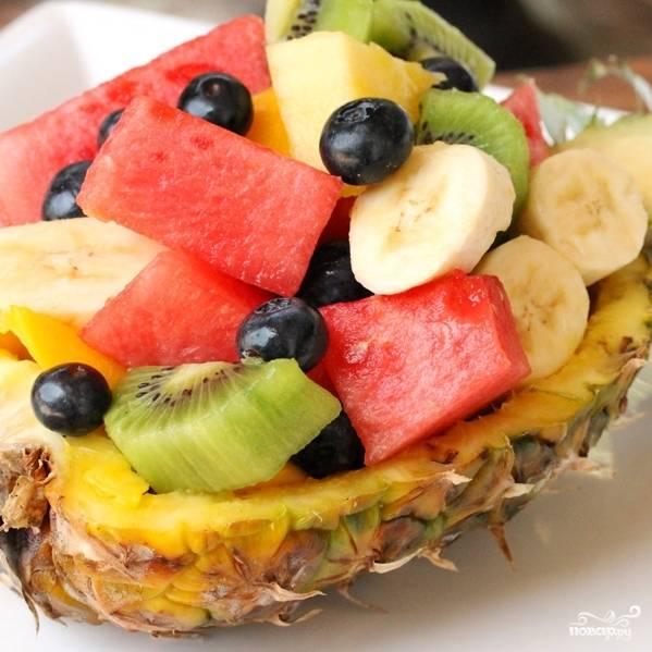 Наполняем наши лодочки фруктами, сверху посыпаем кокосовой стружкой (по желанию).