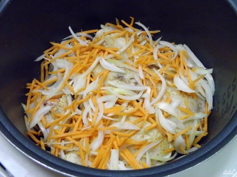 Добавьте измельченные овощи в процессе обжарки к мясу. Перемешайте.