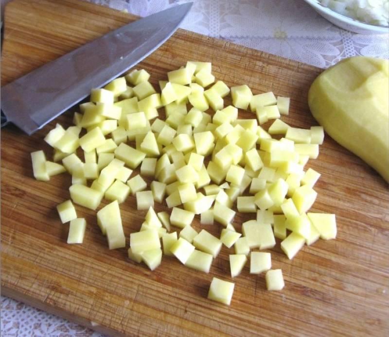 8. Картофель вымыть, очистить и также нарезать мелким кубиком.