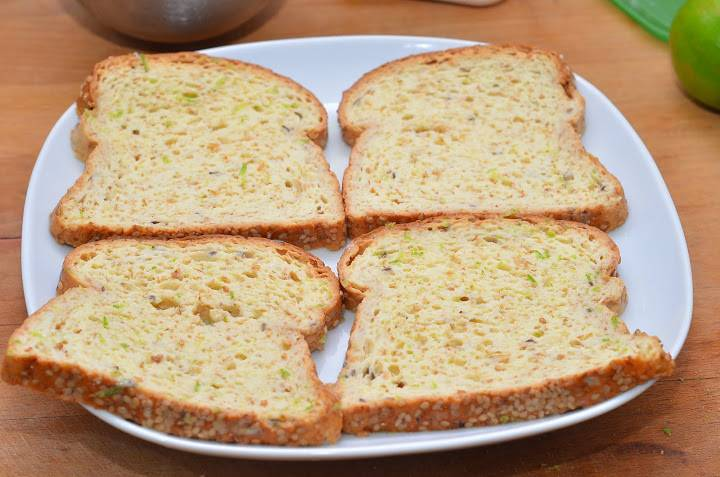 Эту процедуру повторяем со всеми ломтиками хлеба.