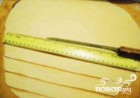 4. Разделить готовое тесто на 3 части. Раскатать каждый фрагмент толщиной не больше 2 мм. Затем нарезать полосками (ширина 2 см).
