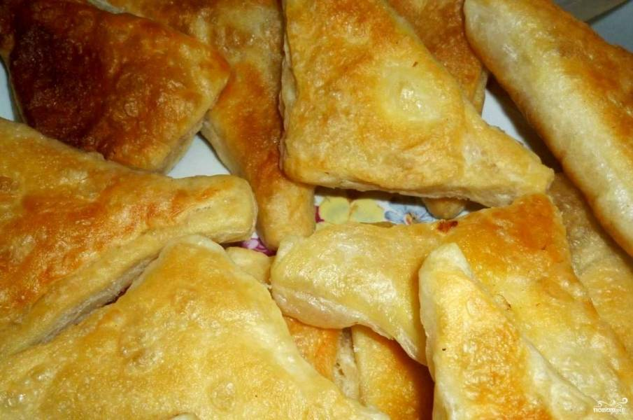 Пирожки из слоеного теста на сковороде