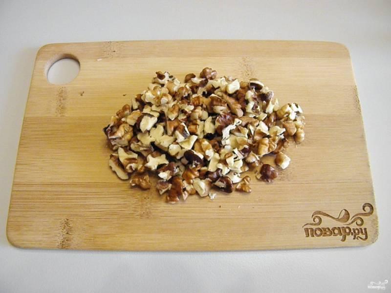 Порубите ножом очищенные орехи (не слишком мелко).