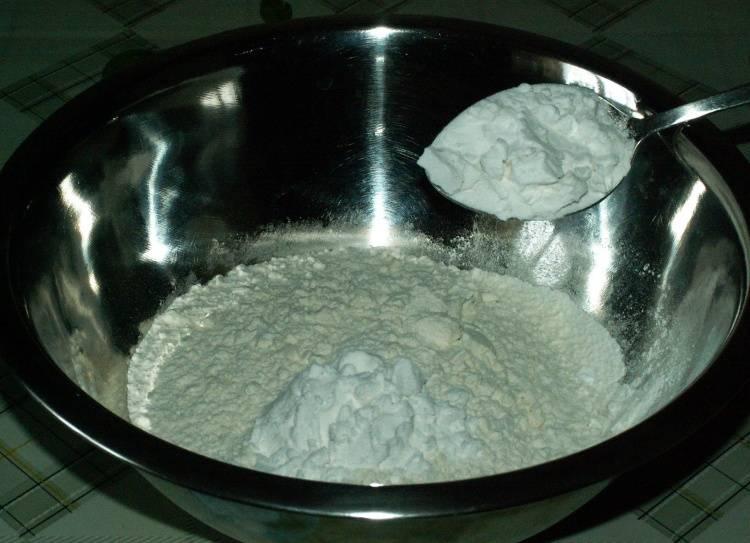 В отдельную посуду просеиваем муку и смешиваем ее крахмалом.
