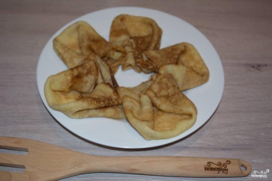 Из выпеченных блинов создайте рисунок на тарелке.
