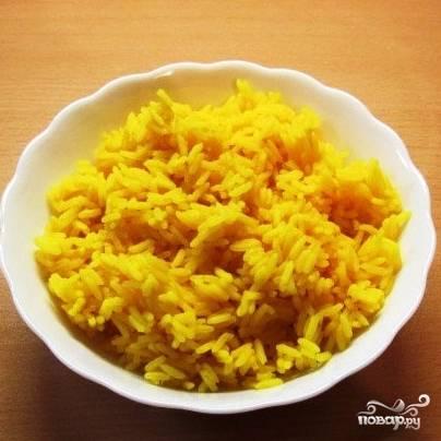 Рис отварить для готовности. Для более красивого цвета в воду при варке риса можно добавить шафран или куркуму.