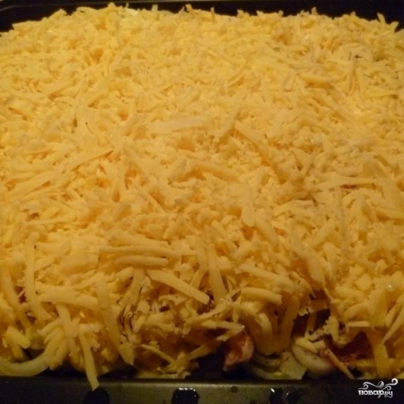 И, наконец, обильно посыпаем блюдо тертым сыром.