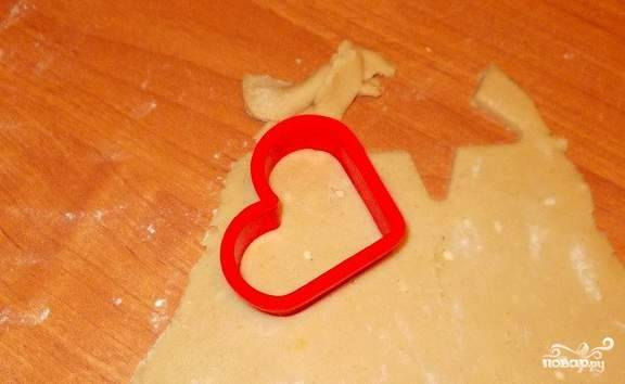 Раскатываем тесто в тонкий пласт и вырезаем с помощью формочек фигурки. К этому процессу можно подключить детей:) Если времени у вас совсем мало - тогда можно просто порезать раскатанное тесто ромбиками, квадратиками, треугольниками.