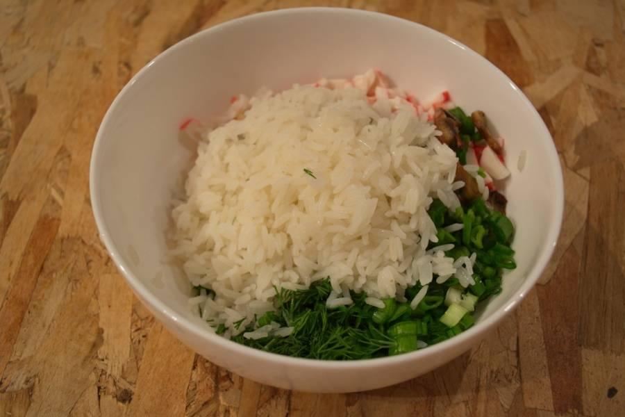 Добавьте отваренный, промытый рис.