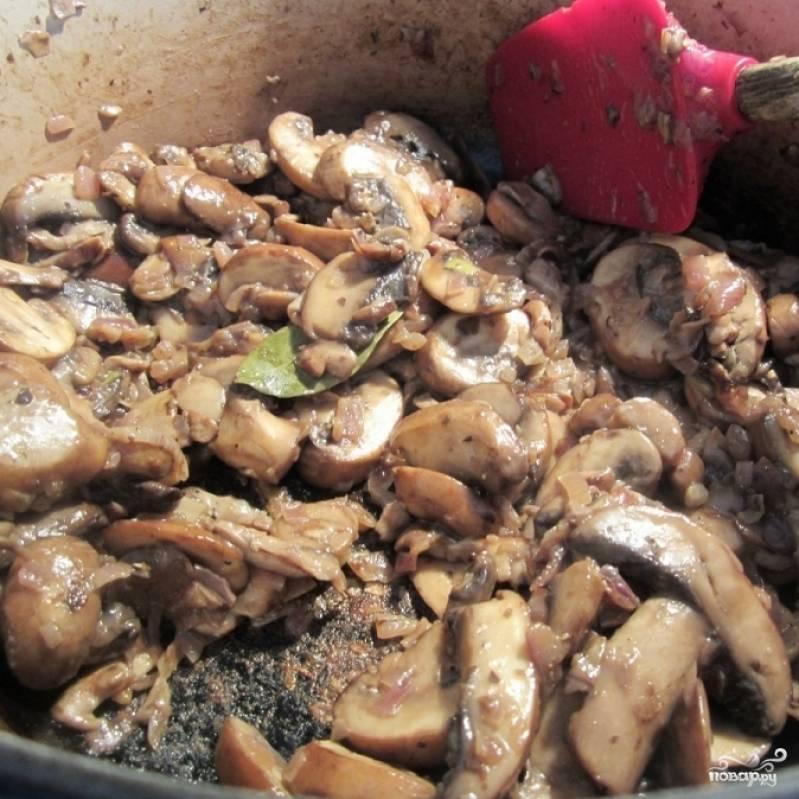 Жарьте грибы с луком еще около 5 минут на среднем огне, пока грибы не станут мягкими. Затем добавьте специи.