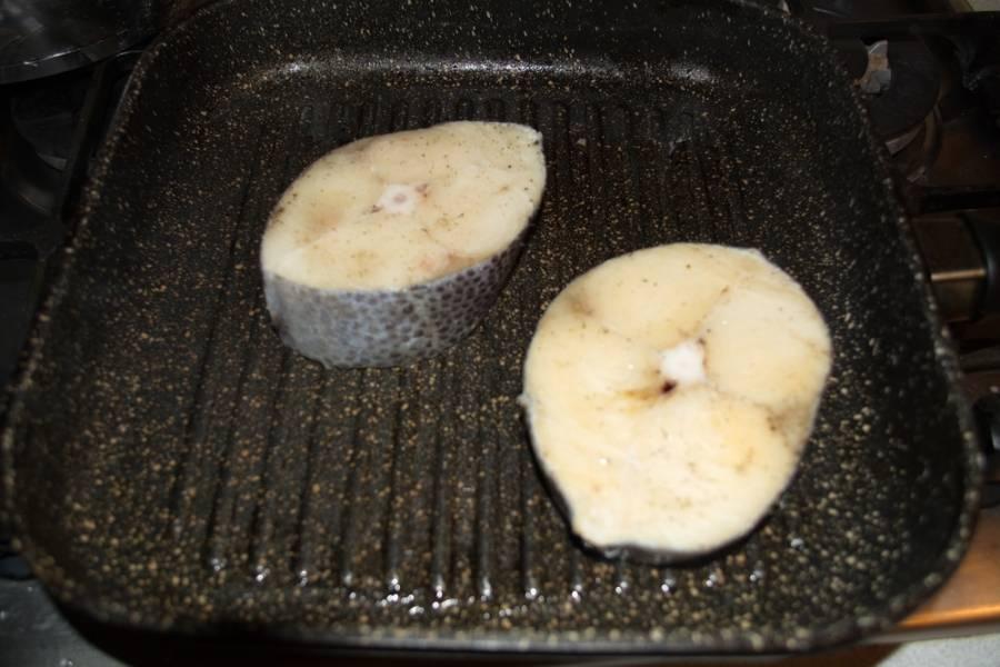 Сковородку гриль хорошо разогрейте. При помощи кисточки смажьте ее растительным маслом. Выложите кусочки рыбы на сковороду, обжаривайте по 5 минут с каждой стороны.