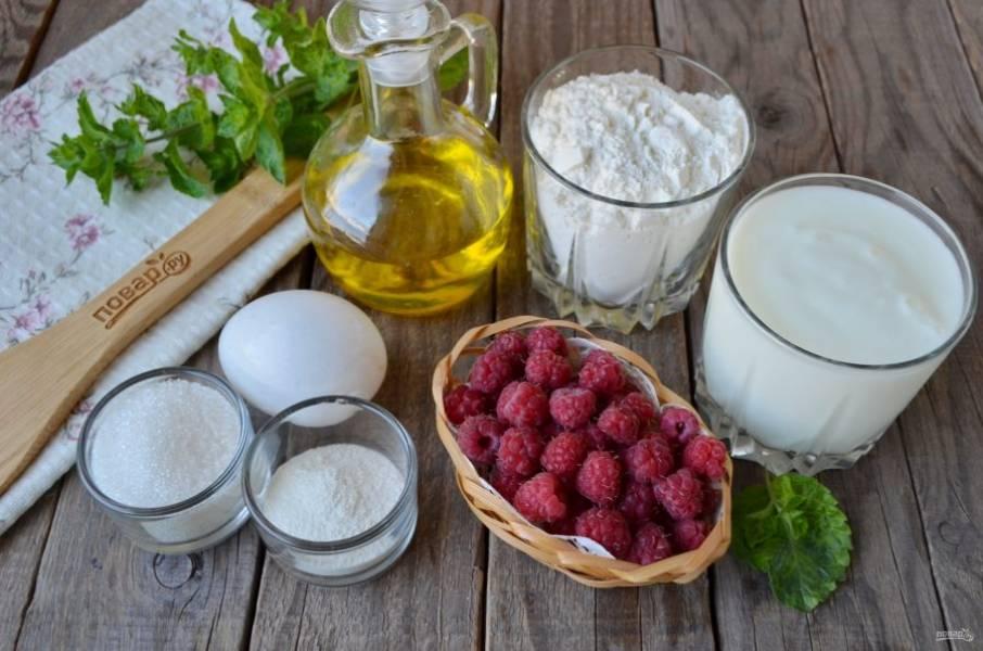 Подготовьте продукты для оладушек. Отмерьте кефир, муку, они должны быть в равных объемах. Промойте и откиньте на сито малину.
