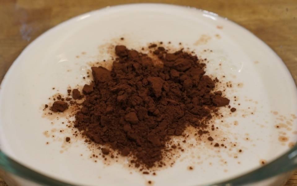 Какао смешиваем с кефиром.