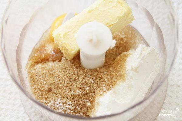 Овсяную муку из чаши блендера пересыпаем в другую емкость. Теперь в блендере измельчаем все остальные ингредиенты для теста - желток, творог, сливочное масло, соль и сахар. Измельчаем до однородности.