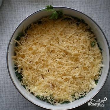 Далее выкладываем слой тертого сыра.