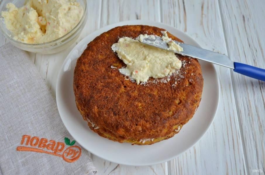 Накройте вторым коржом, его тоже смажьте сыром.