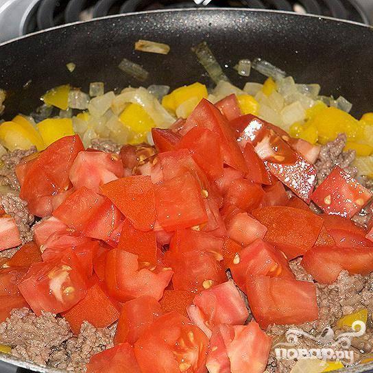 Добавьте порезанные помидоры (или 2 ст.л. томатной пасты), посолите, поперчите, всё перемешайте.