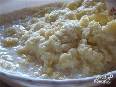 400 грамм картофеля отварить, оставшиеся 1300 - мелко натереть при помощи кухонного комбайна (можно и руками на самой мелкой терке, но долго).  Лук и чеснок измельчаем в блендере и добавляем к свиному фаршу вместе с солью и перцем.