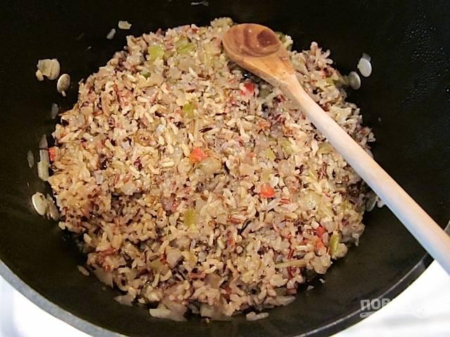 4.Готовый рис в казане перемешиваю, добавляю к нему отваренный отдельно белый рис.