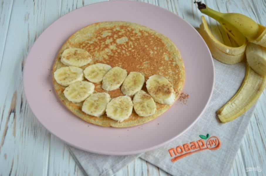 На половину блина положите порезанный банан, посыпьте корицей (она улучшит обмен веществ).