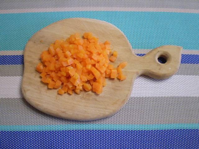 6. Нарежьте морковь.