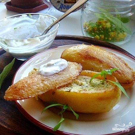Собственно, теперь картофельные сундучки готовы. Остается слегка остудить их, разложить по тарелочкам и подать с оставшимся сметанным соусом. Можно подавать и позже, в холодном виде. Приятного аппетита!